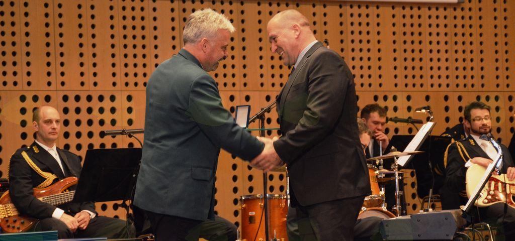 Bronasti znak Civilne zaščite je Francu Jeriču, županu Občine Mengeš predal generalni direktor Uprave RS za civilno zaščito, Darko But