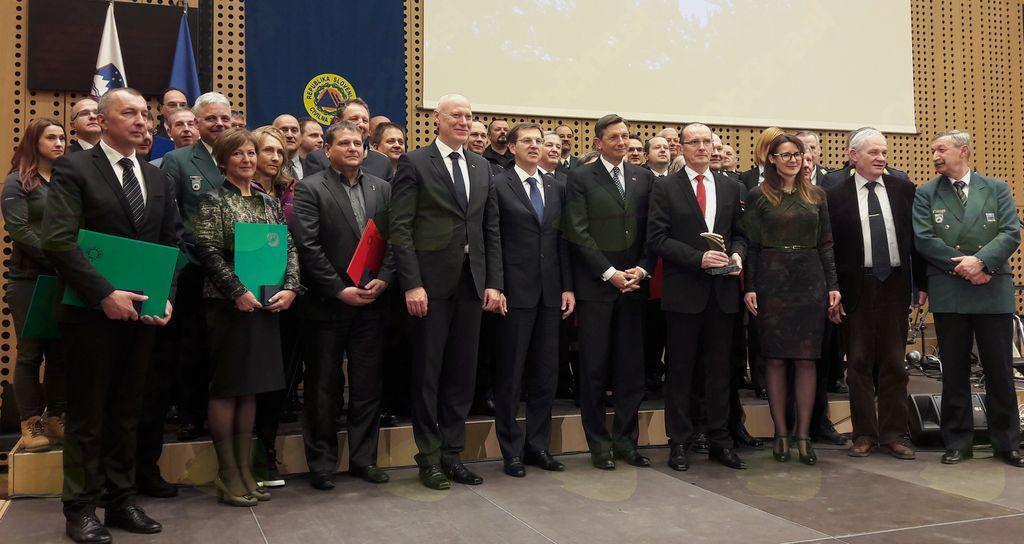 Skupinska fotografija prejemnikov priznanj Civilne zaščite z gosti