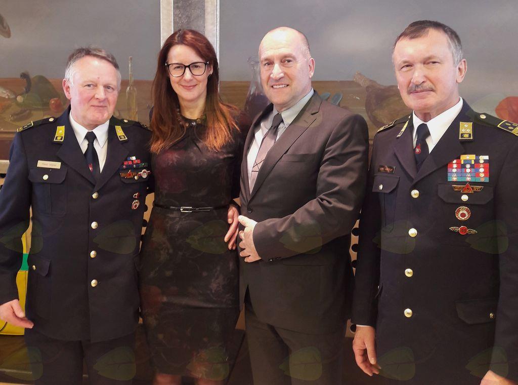 Svečana podelitev se je zaključila s pogostitvijo, kjer so se predstavniki Občine Mengeš fotografirali skupaj z ministrico za obrambo Andrejo Katič