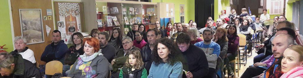Starši, učitelji in drugi zainteresirani posamezniki, ki so se udeležili predstavitve