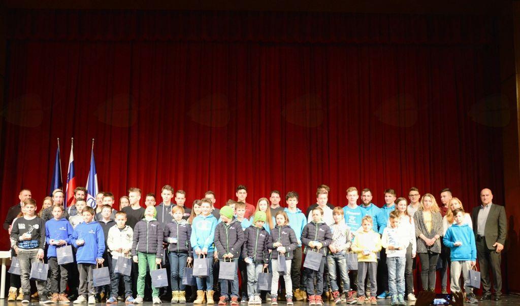 Skupinska fotografija najboljših športnic in športnikov Občine Mengeš v letu 2017