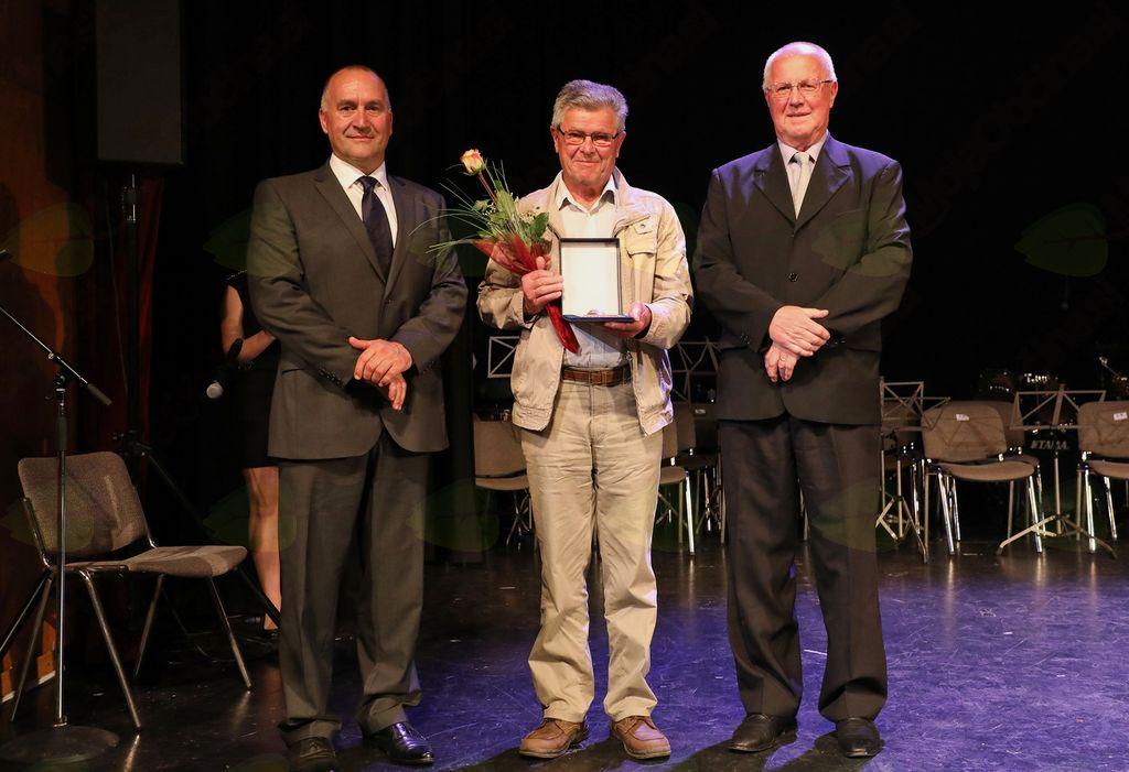 Alojz Koce je za aktivno delo v Turističnem društvu Mengeš prejel bronasto priznanje občine Mengeš.
