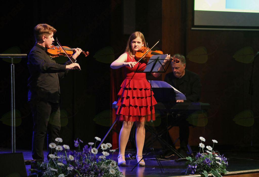 Violinista Gal Juvan in Marjetka Banko sta ob spremljavi Mirana Juvana zaigrala pesem Čebelar Ansambla Lojzeta Slaka.