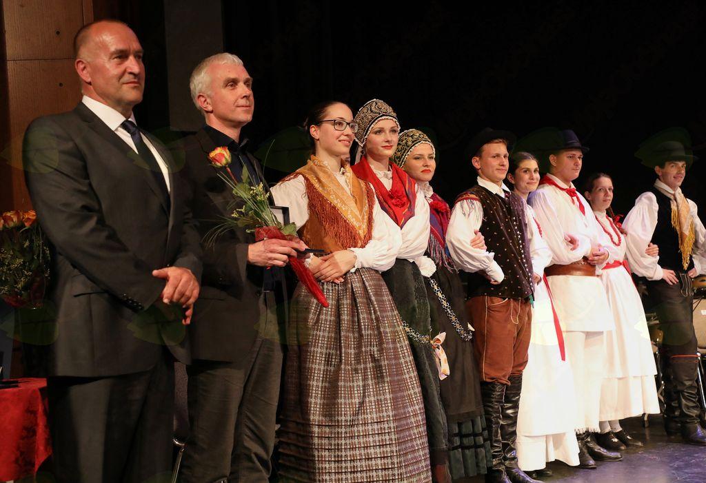 Znak občine Mengeš je prejela Mladinska folklorna skupina Mengeš.