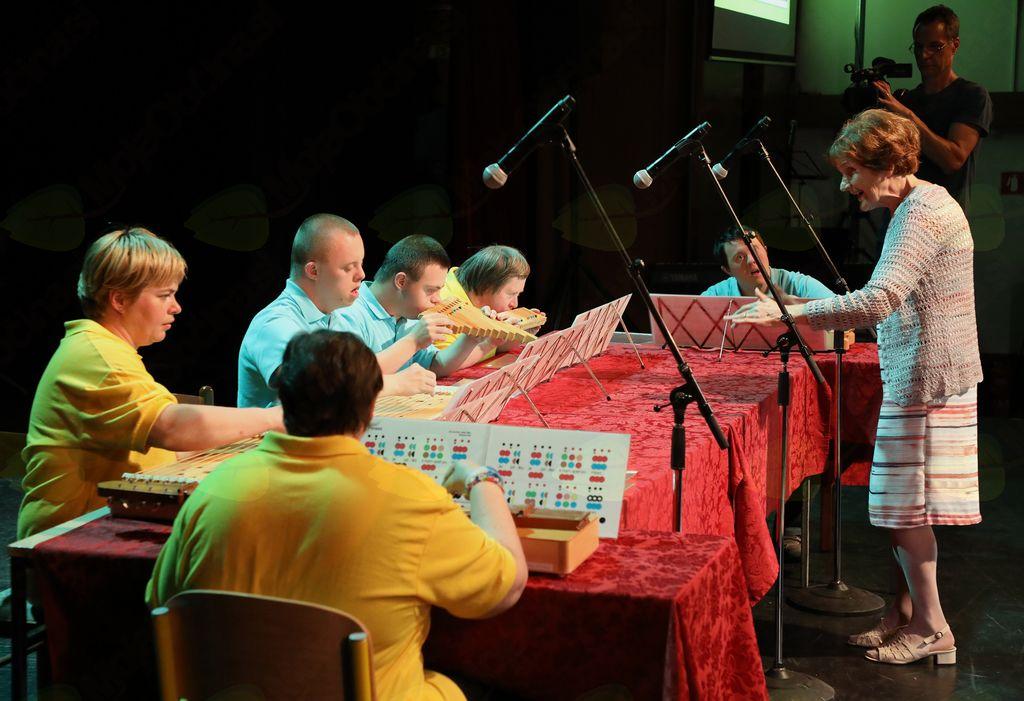 Nastopila je tudi glasbena skupina Strune, ki je na posebne, lesene Ullwilla instrumente, piščali in strunske instrumente, zaigrala tri pesmi: Sozvočje in sožitje, Pomlad, Izidor ovčice pasel.