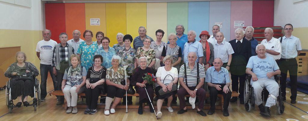 Skupinska fotografija s Francem Jeričem, županom Občine Mengeš in Milanom Burkeljca, ravnateljem Osnovne šole Mengeš.