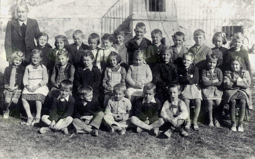 Skupinska fotografija 1.a razreda, ki je v šolske klopi vstopil leta 1947/1948