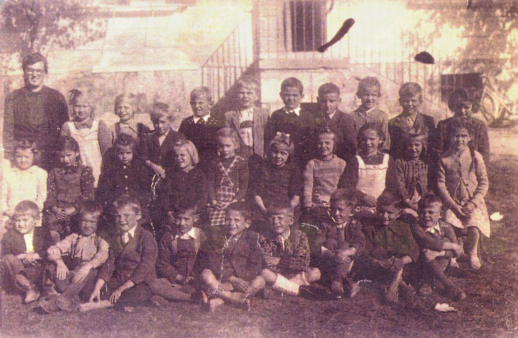 Skupinska fotografija 1.b razreda, ki je v šolske klopi vstopil leta 1947/1948