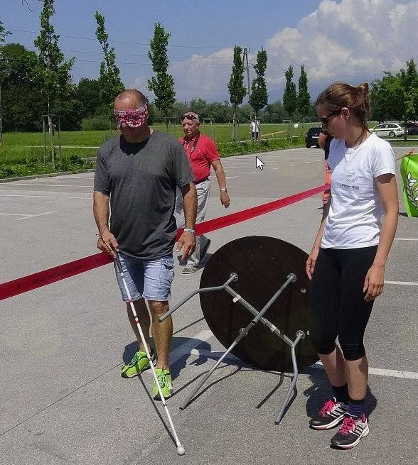 Po končanem teku so se udeleženci lahko preizkusili v hoji z belo palico in zavezanimi očmi.