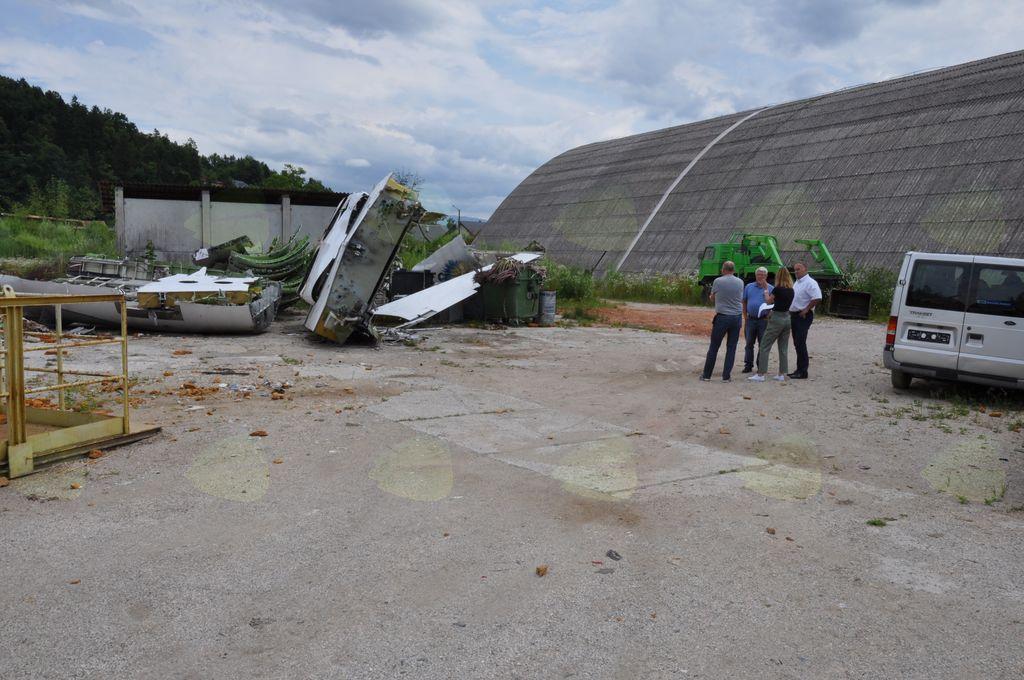 Na ogledu je bilo ugotovljeno, da se kljub prepovedi na območje še vedno dovažajo smeti in drugi odpadki