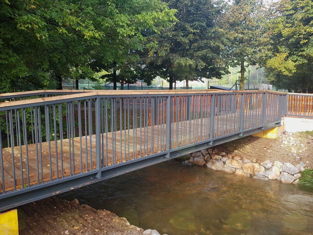 Brv pred vstopom v Športni park Mengeš ob Kulturnem domu Mengeš je obnovljena oziroma zamenjana in bo z novim šolskim letom, za učenke in učenke bo pot v šolo varnejša