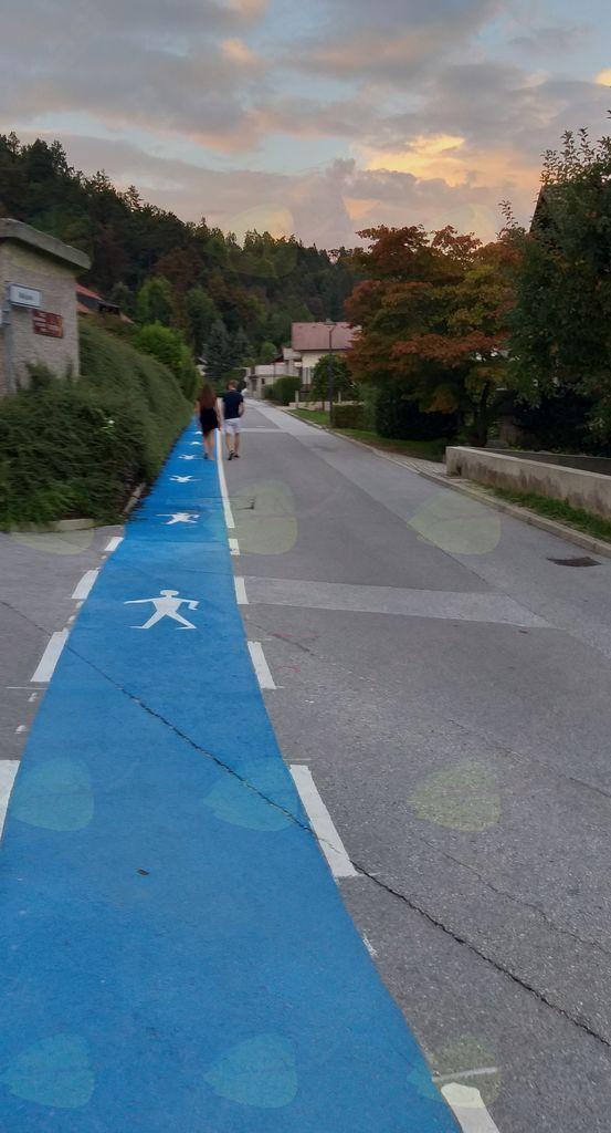 Pas za pešce je označen z modro barvo, kar je skladno s Pravilnikom o prometni signalizaciji in prometni opremi na cestah