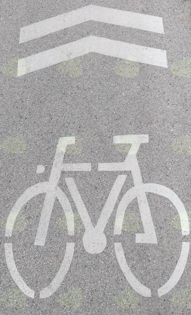 V letošnjem letu so se talne oznake namenjene kolesarjem  izvedle na lokalni cesti Mengeš- Loka oziroma po Liparjevi in Trzinski cesti