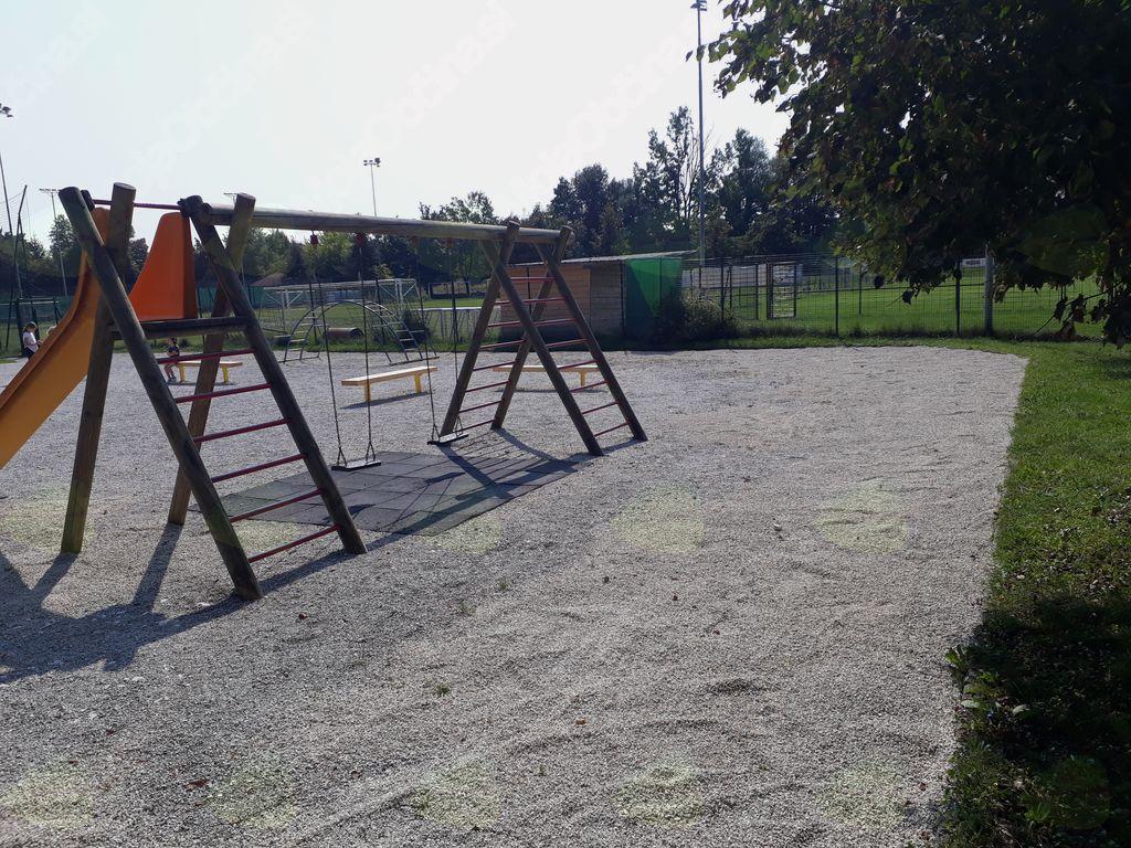 Na igrišču so bile nameščene manjkajoče gugalnice, popravljene obstoječe gugalnice in pod iztekom tobogana nameščena mehka podlaga