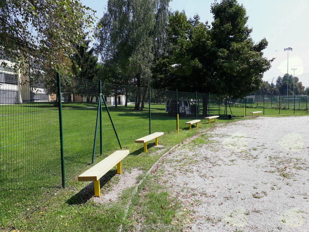 Na otroškem igrišču v neposredni bližini Osnovne šole Mengeš so bile zamenjane klopi in popravljena zaščitna ograja