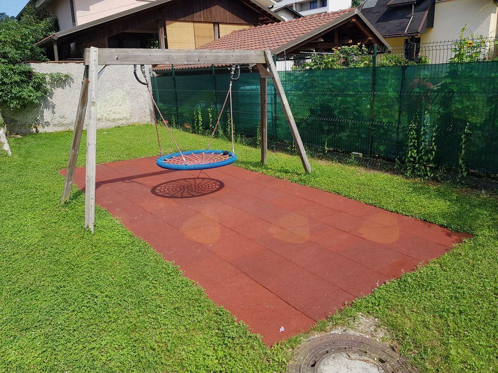 Na otroškem igrišču v večstanovanjskem naselju med Slamnikarsko in Levčevo ulico je bila pri glavnem igralu zamenjana mehke podlage