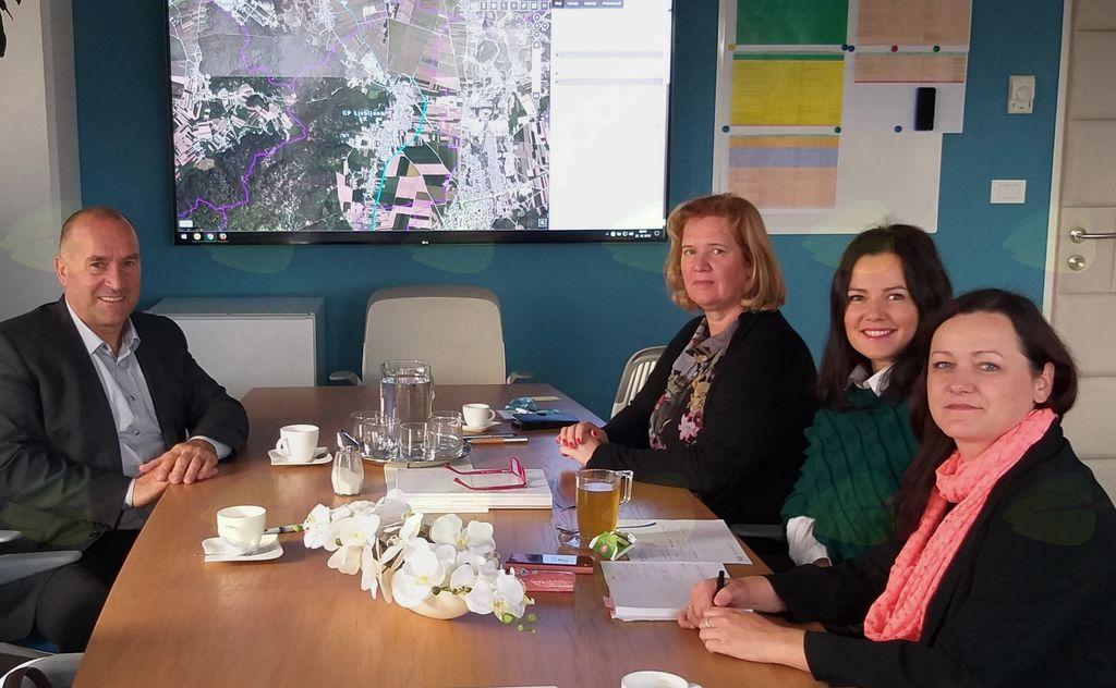 Franc Jerič, župan občine Mengeš, se je srečal s predstavnicami Direkcije RS za infrastrukturo, Lilijano Herga, Karmen Praprotnik in Tadejo Novak Oljača.