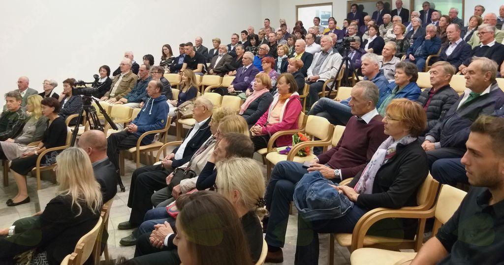 Ob napovedani uri se je v polni dvorani začela predstavitev knjige Slamniki pod Gobavico, avtorja Matjaža Brojana.