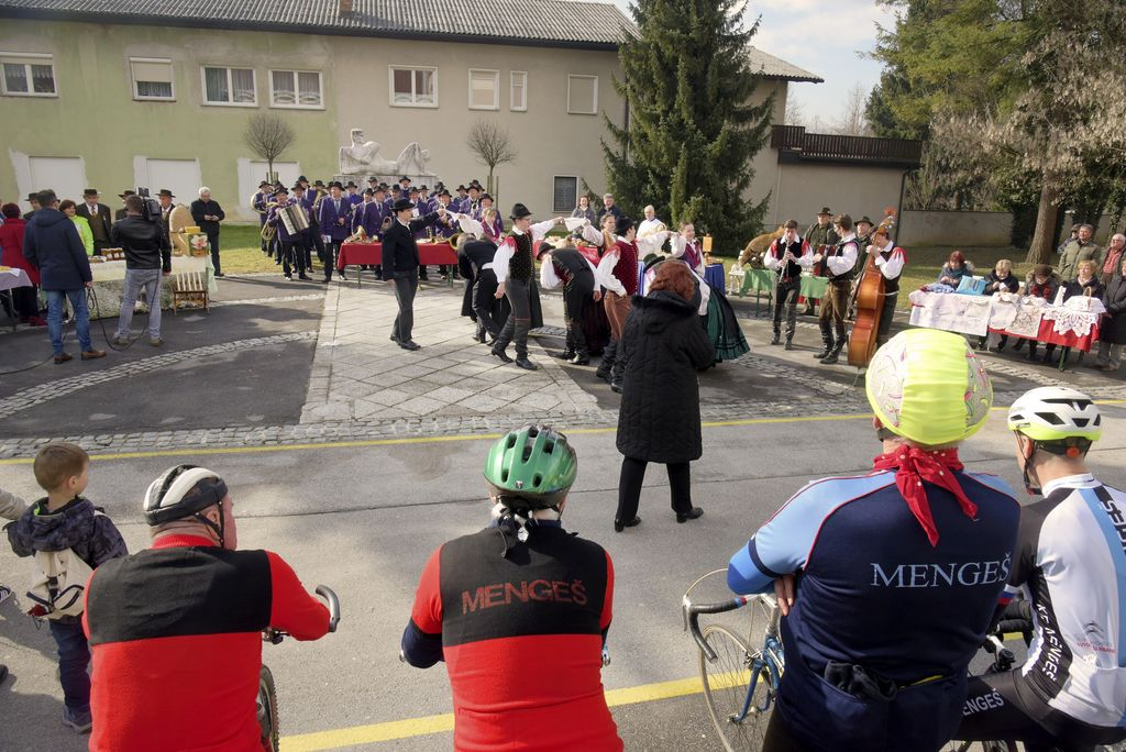 Pred Kulturnim domom Mengeš so se predstavila društva in ponudniki gostinskih storitev_1_Avtor Ivan Merljak