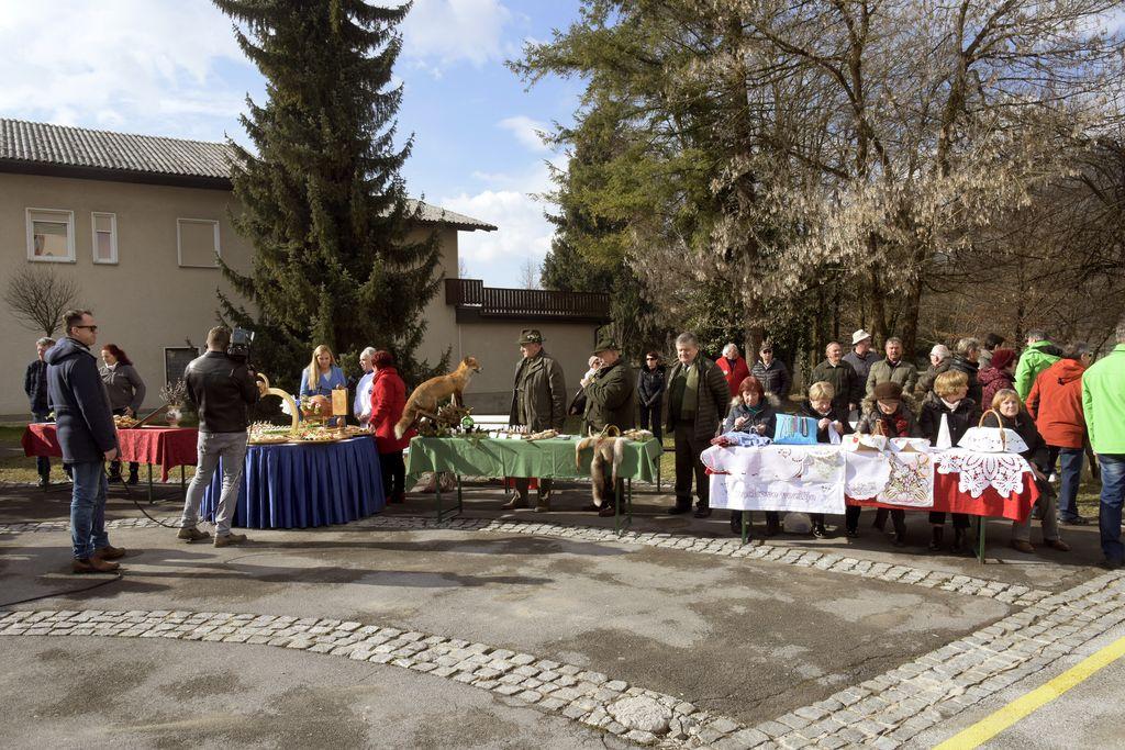 Pred Kulturnim domom Mengeš so se predstavila društva in ponudniki gostinskih storitev_Avtor ivan Merljak (2)