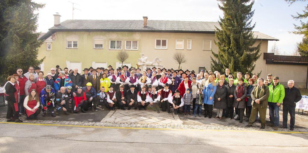 Skupinska fotografija nastopajočih in drugih sodelujočih v oddaji pred Kulturnim domom Mengeš_Avtor Ivan Merljak