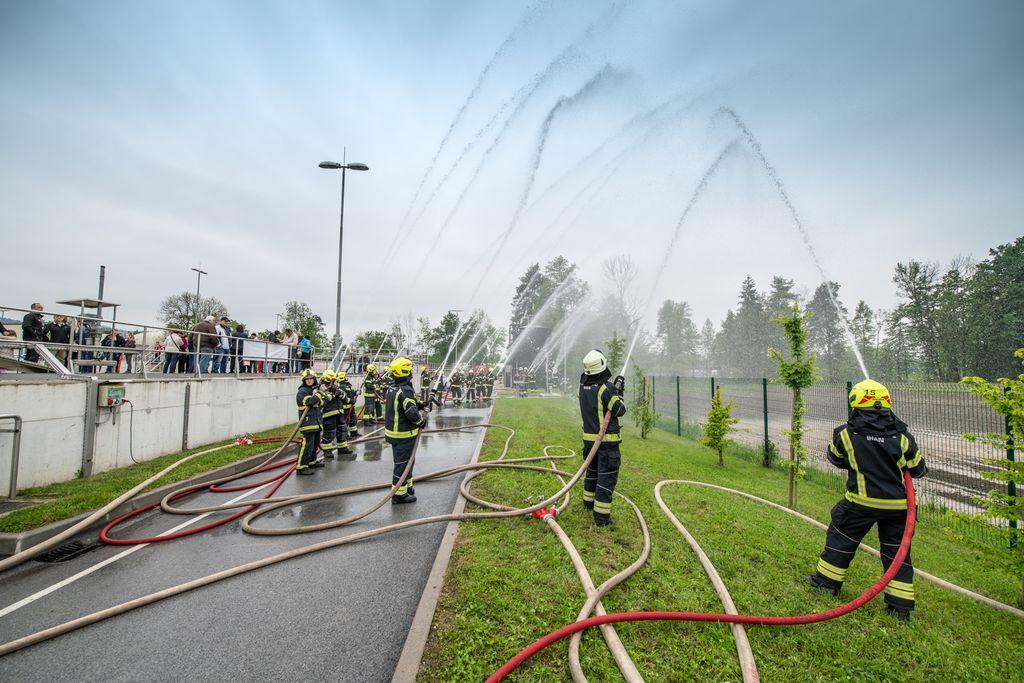 Z vodnimi akrobacijami pa gasilci iz lokalnih gasilskih društev Študa in Ihan
