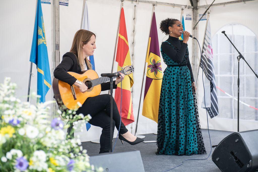 V kulturnem dogodku sta sodelovali tudi pevki Eva Hren in Irena Yebuah Tiran, ki je dogodek tudi povezovala