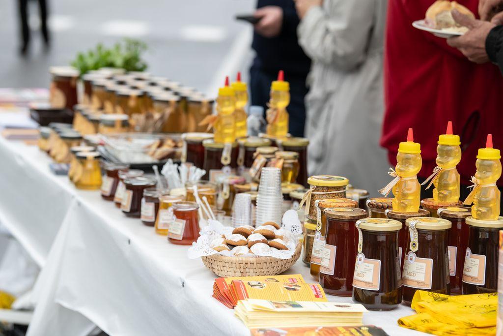 Na stojnicah so pokušino izdelkov iz domačega medu ponujali predstavniki Čebelarskih društev Doba in Domžal