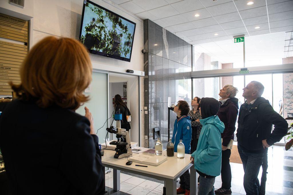 Obiskovalci so si v nadaljevanju ogledali kratek film o delovanju Centralne čistilne naprave Domžale – Kamnik ter si z osebjem po skupinah ogledali procese čiščenja odpadne vode, tisti najbolj radovedni pa so lahko pogledali tudi pod mikroskop