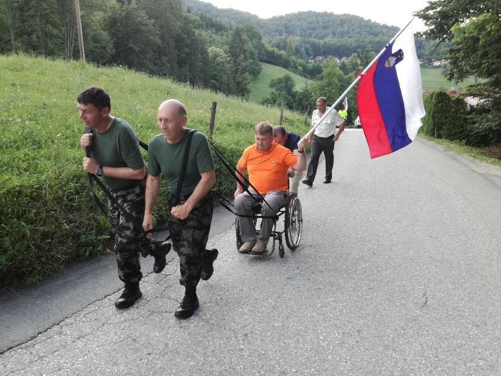 Člani Vojnih veteranov za Slovenijo so svojega člana Antona Skoka skupaj s pohodniki pripeljali na cilj