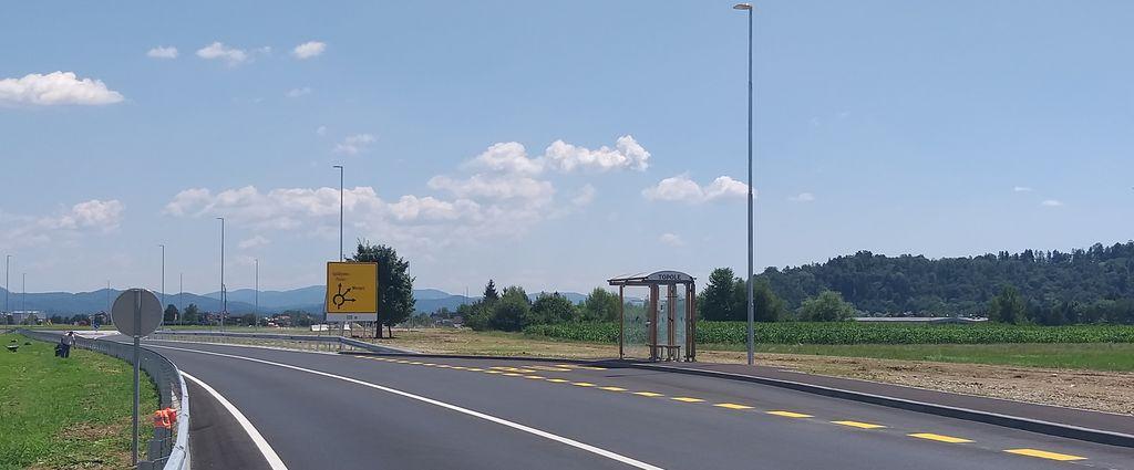 Avtobusno postajališče v Topolah je zaključeno na obeh straneh cestišča.