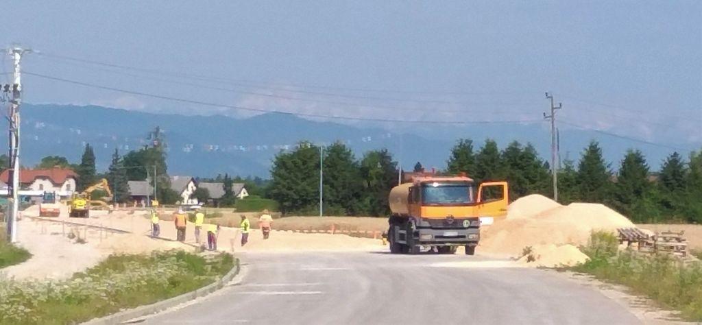 V juliju in avgustu bo izvajalec nadaljeval z urejanjem komunalnih vodov na trasi obvoznice Topole Mengeš, ki jo bo v drugi polovici avgusta in septembra tudi preplastil.