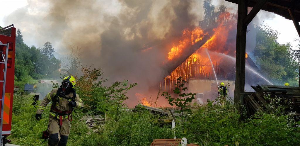 Požar se je v pičlih treh minutah razširil na celoten objekt, ki se je uporabljal predvsem za skladiščenje.