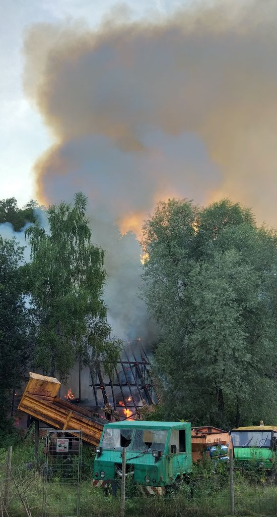 Prostor v neposredni okolici objekta je bil neprehoden, kar je izredno oteževalo dostop gasilskim napadalnim skupinam