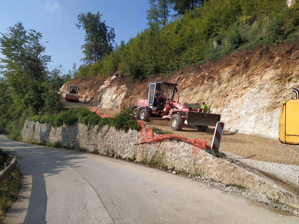 Na cesti Dobeno - Studenec na spodnjem Dobenu je na novo urejeno tudi izogibališče v primeru srečanja nasproti vozečih vozil