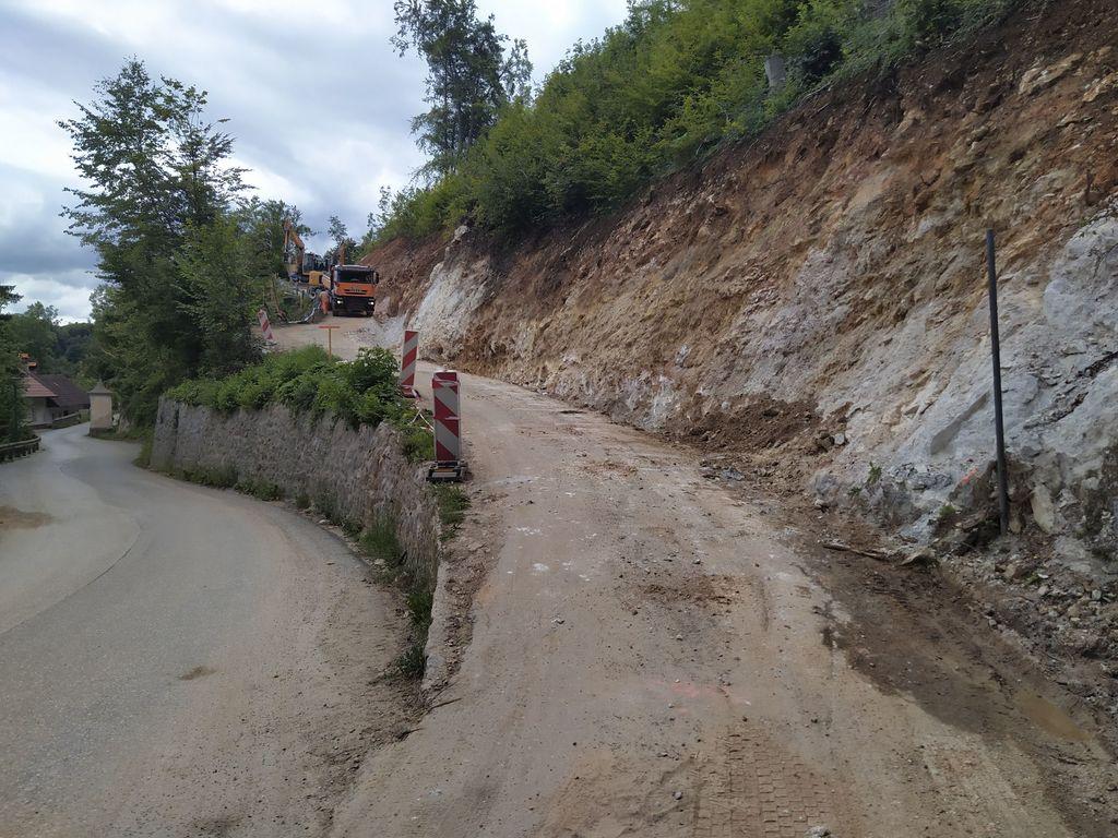 V sklopu sanacije ceste Dobeno - Studenec na spodnjem Dobenu se je utrdilo cestišče in uredilo odvodnavanje