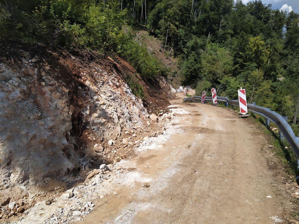 Pri sanaciji ceste Dobeno - Studenec na Spodnjem Dobenu so bile izmenjane tudi odbojne ograje in urejena javna razsvetljava