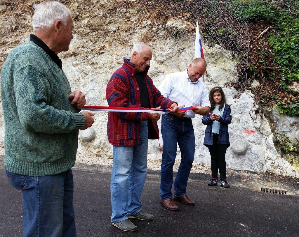 Cesta je bila uradno odprta z rezanjem traku, ki sta ga prerezala župan Franc Jerič in predstavnik Vaškega odbora Dobeno, gospod Anton Burgar