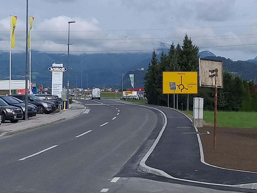V sklopu gradnje 165,81 m vzhodnega pločnika na Kamniški cesti je bila urejena tudi zelenica ob vstopu v naselje Mengeš.