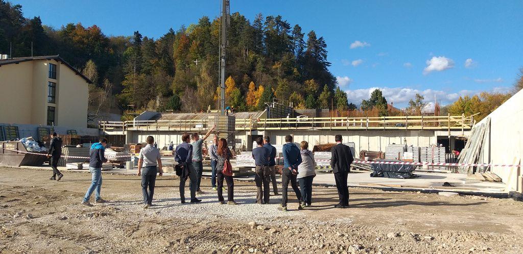 Udeleženci ogleda gradbišča Večnamenske nizkoenergijske športne dvorane Mengeš