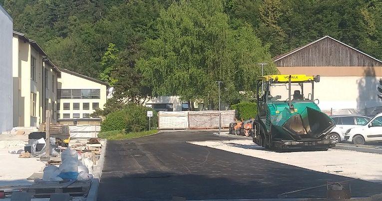 Pred Športno dvorano Mengeš se v teh dneh utrjuje teren ter polagata grobi in fini asfalt.