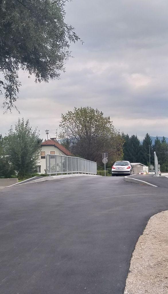 Promet na mostu čez Pšato v Topolah na cesti Mengeš – Vodice zaradi potrebe po ureditvi varnega prehoda za pešce še naprej poteka po enem pasu.