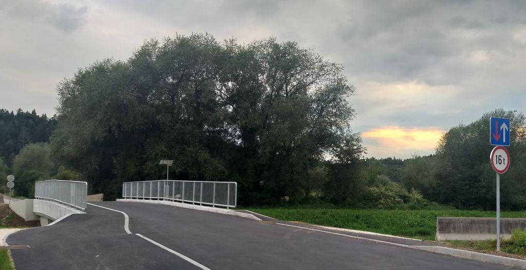 Za varen prehod pešcev sta urejena pločnika in postavljena ograja.