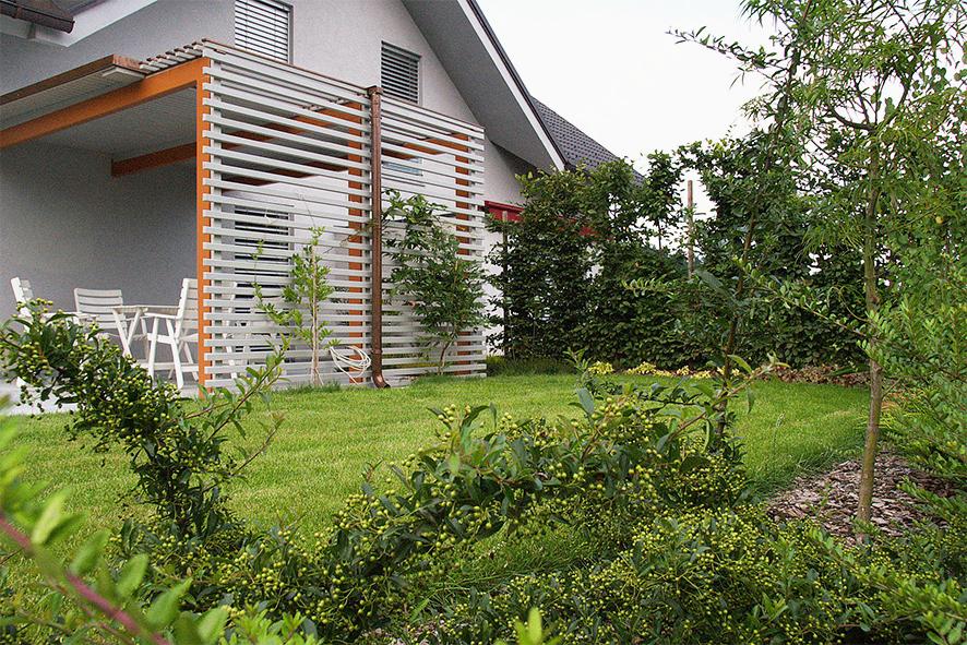 Potem: Nadstrešek nad teraso je ob steni hiše brez oken, da ne zmanjšamo osvetljenost notranjih bivalnih prostorov.