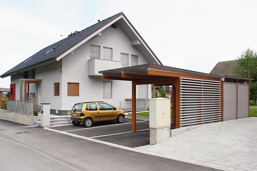 Potem: urejena zunanjost vhodnega dela z ograjo, nadstreškom ter lopo.