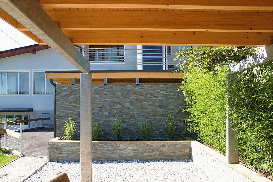 Potem: kamen in zelena bariera prekrivata visoke betonske površine