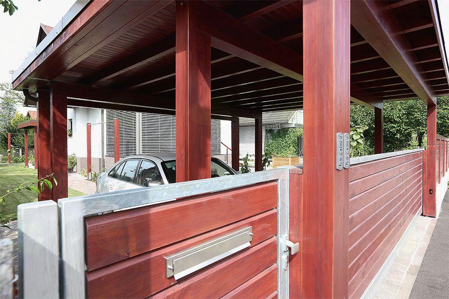 Pozneje: vrtna ograja in nadstrešek ščitita avtomobila in ločujeta ulični prostor od zasebnega. V nabiralniku za vrati tako brez težav pristane poštna pošiljka.
