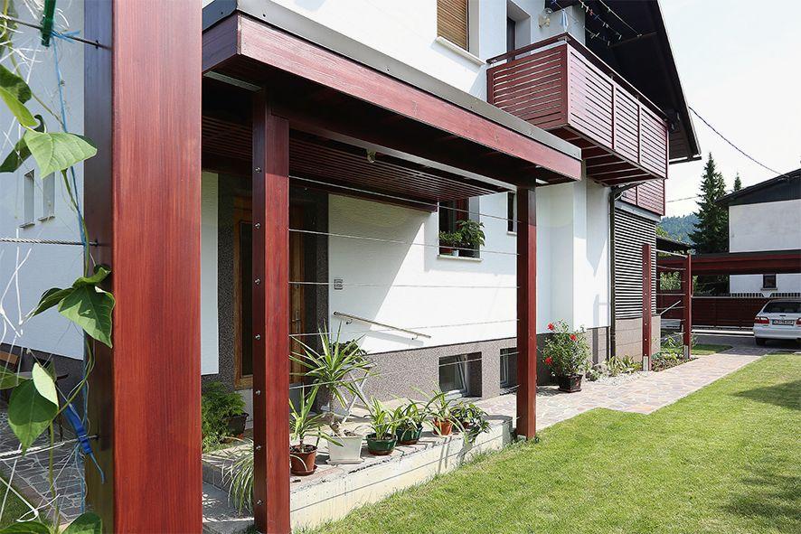 Pozneje: razširjena streha, vhodni podest in plezalka, ki bo ozelenela jeklenice napete med stebroma, ščitijo vhod tudi pred vetrom in padavinami.