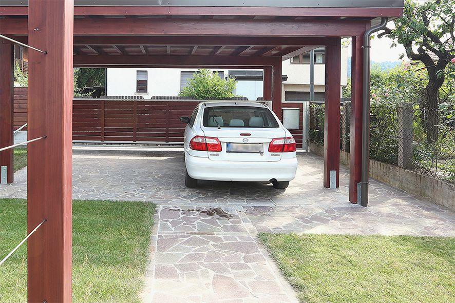 Pozneje: parkiranje je povezano z prostorom ulice in vhodno pešpotjo.
