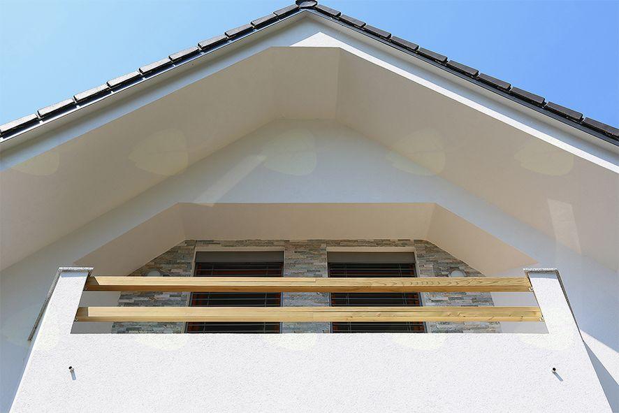Pozneje: elementi vrtne ograje se ponovijo tudi na balkonih.